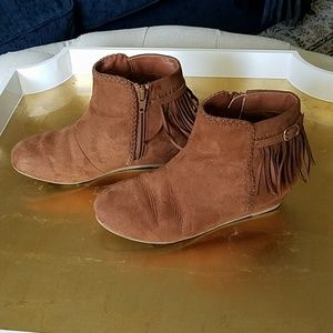 Brown suede fringed shoes